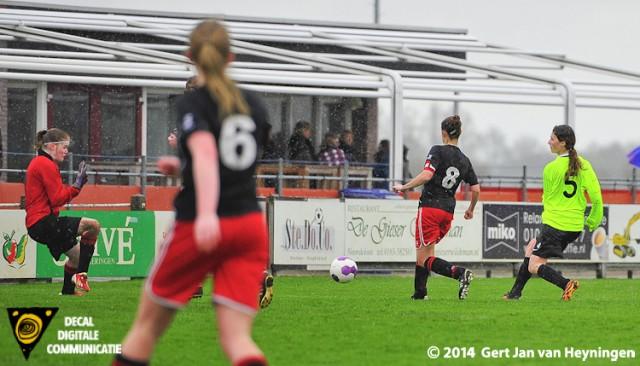 De 0-1 in de maak voor VVIJ tegen SteDoCo. Doelpuntenmaakster Lois Spliet op aangeven van Lysanne van Oostrom.
