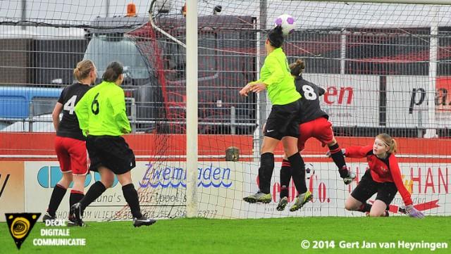Audrey van der Horst van VVIJ soort met het hoofd de 0-3 tegen SteDoCo in Hoornaar.
