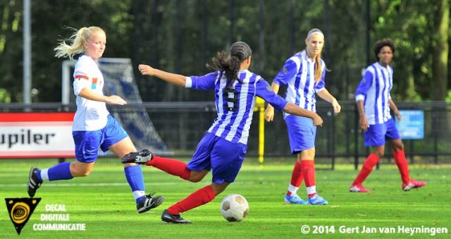 Sabrina Pocorni van SVS gaat vernietigend uithalen en brengt daarmee de stand op 2-1 tegen Botlek.