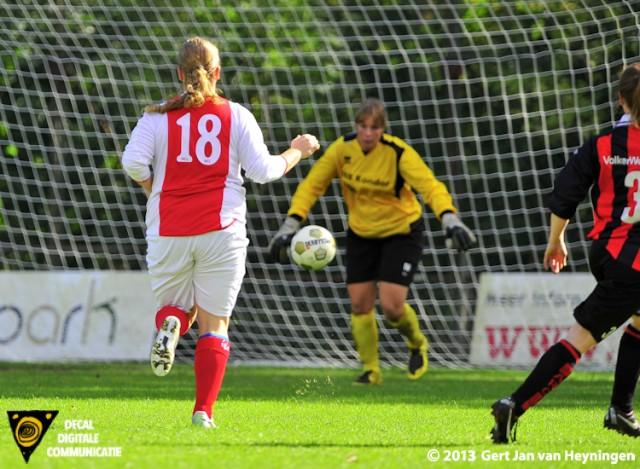 Een attent reagerende Bianca van der Meer van RCL die een foutje in de verdediging meedogenloos afstraft en RCL op 2-0 gaat brengen tegen ARC.