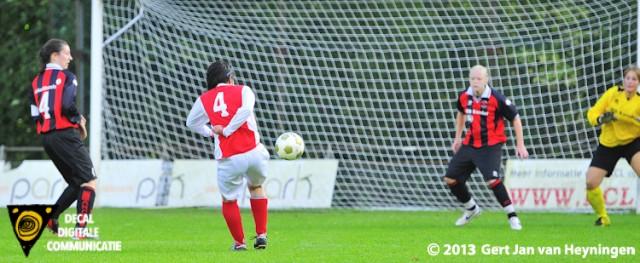 Marcela Cabrera van RCL scoort 1-0 voor de thuisploeg in het duel tegen ARC op aangeven van Bianca van der Meer.