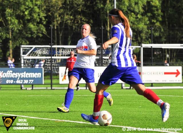 Nicky Smid gaat voor SVS scoren tegen haar oude club sc Botlek en brengt de stand op 4-1 in het voordeel van SVS.