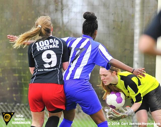 Bijna Rosanna van der Werff van SteDoCo maar sluitpost Tessa van Ameide van RVVH grijpt goed in.