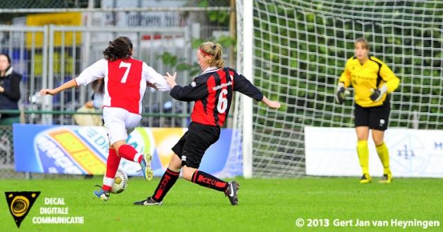 Malu Postel van RCL als een haas ervandoor en passeert Noortje van Loo en sluitpost Tiffany Graf van ARC. 3-0 op het scorebord en de wedstrijd gespeeld.