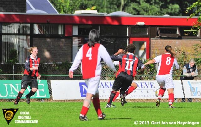 Ramona van der Harst van RCL gaat uithalen en scoort de 4-0 voor RCL in het duel in de Tweede Klasse B tegen ARC.