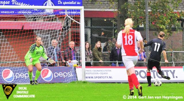 Shannon Molleman brengt op aangeven van Jorinda Schuit Wartburgia op 1-2 in de wedstrijd tegen RCL.