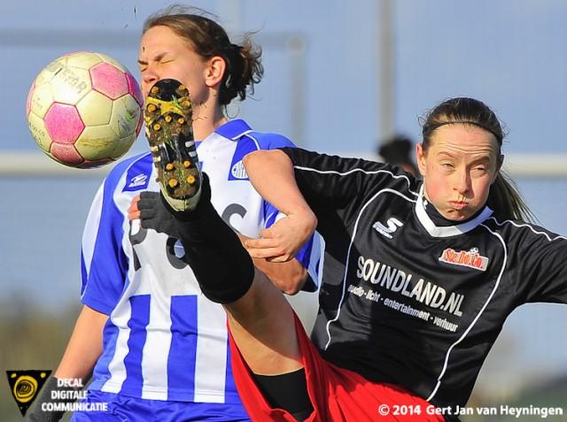 Anne Bik van SteDoCo in duel met Paulien Kraaijeveld van RVVH.