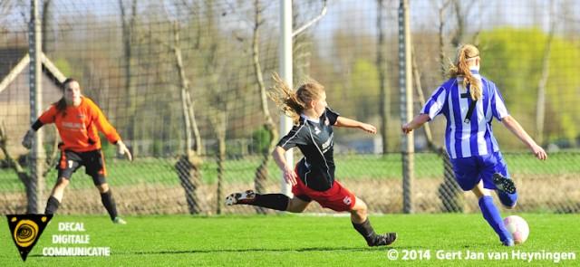 Op aangeven van Manuela Grootenboer haaklt Lisanne van Gelder van RVVH vernietigend uit en gaat de 1-3 scoren in het voordeel van RVVH tegen SteDoCo.