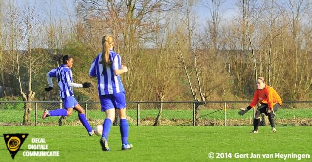 Cherraine Breinburg van RVVH legt aan en gaat voor de 1-4 tegen SteDoCo in Hoornaar.