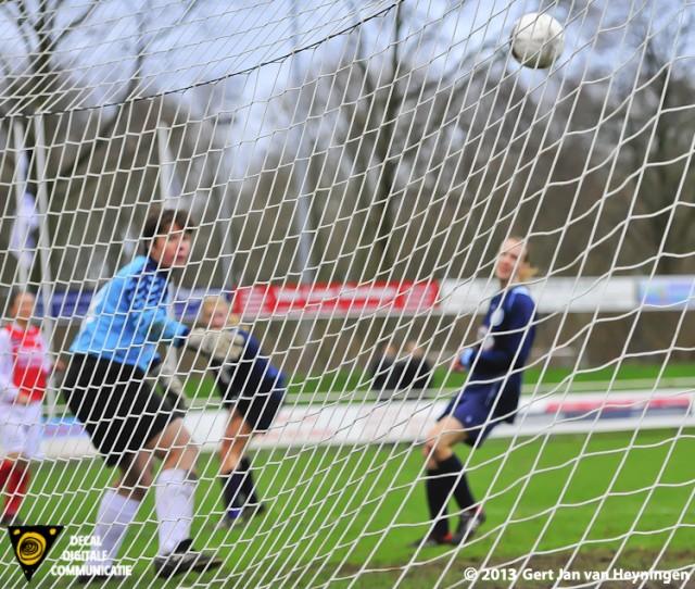 Links Marijke van den Berg die op schitternde wijze RCL op een 2-0 voorsprong brengt tegen DTS Ede.