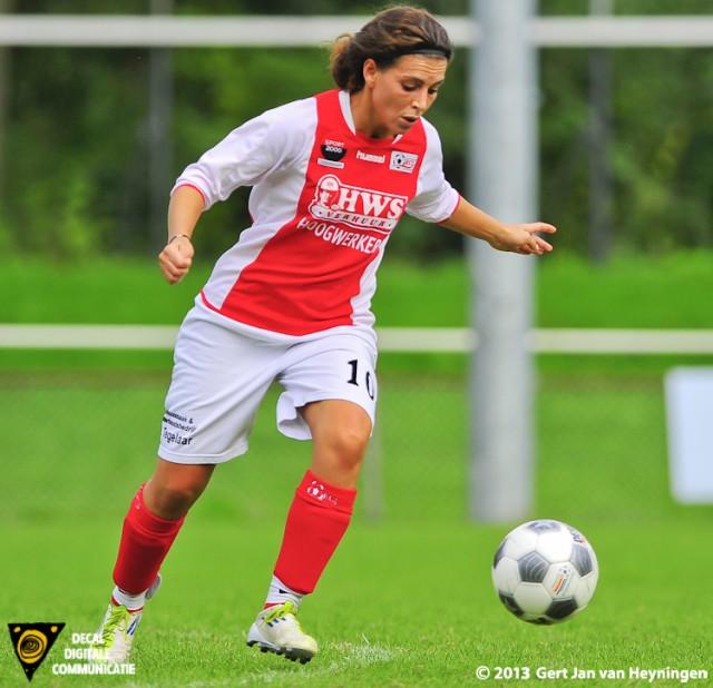 Samira Benchamach van RCL die met een fraaie halve volley het laatste doelpunt voor RCL voor haar rekening nam.