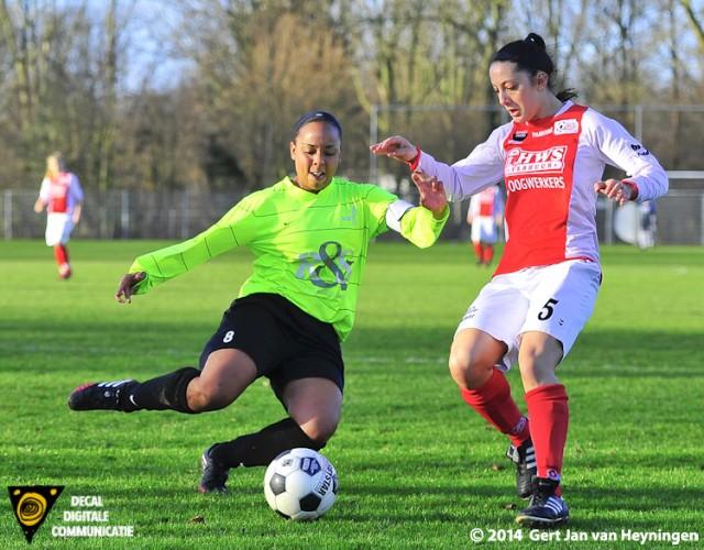 Shamarah Lemmers van VVIJ in duel met Drita Celay van RCL.