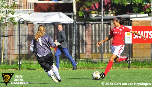 Tamara Colle van Rhoon scoorde het openingsdoelpunt in de wedstrijd tussen Jodan Boys en Rhoon.