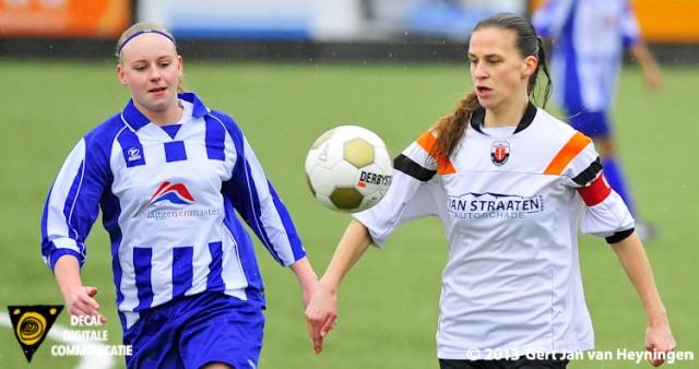 Aanvoerster Berni van der Lecq van Jodan Boys in duel met Ashley van Elswijk van SVS.