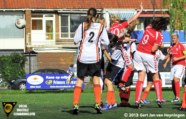 De kleine Ashley van Elswijk van Rhoon klimt de lucht in en slaat venijnig toe met het hoofd. Brengt hiermee de stand op 0-6 in het duel tussen Jodan Boys en Rhoon.