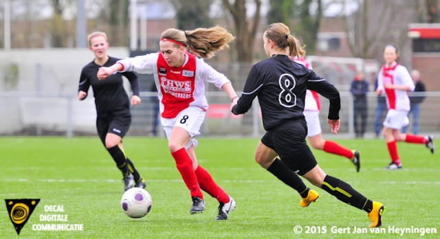 Jill Gotink van RCL als spits aan de bal en passeert Catja Suurmeijer. Doelvrouwe Nicolle Martens bracht redding op deze inzet.