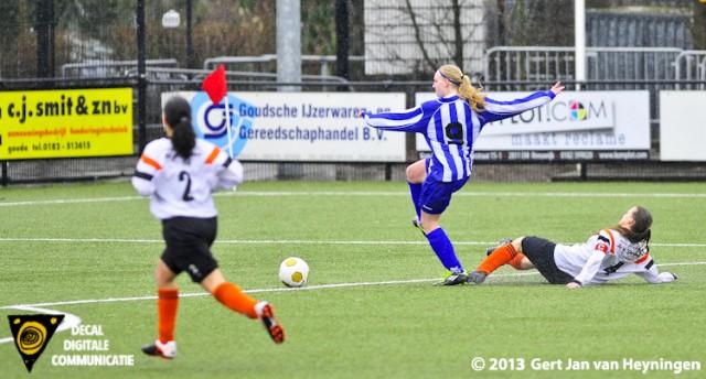 Ashley van Elswijk van SVS is Berni van der Lecq van Jodan Boys gepasseerd en gaat voor haar tweede doelpunt van die regenachtige middag in Gouda. Brengt heel brutaal de stand op 1-2 voor SVS.