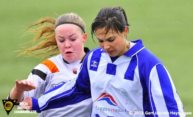 Debbie Wetzel van SVS met Rebecca Anker van Jodan Boys in een sportief tweegevecht.