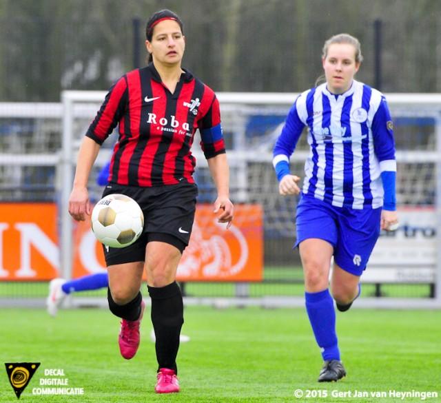 SVS - VVIJ. Audrey van der Horst sterk aan de bal.