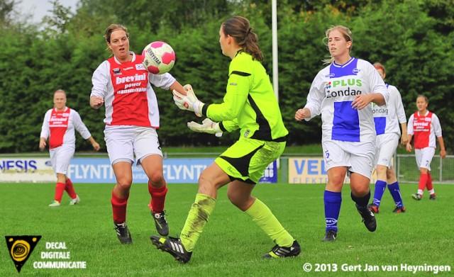 De kansen in de eerste helft waren helemaal voor RCL maar Miranda Berkhout van DSVP is nu Merel van den Eshof te vlug af.