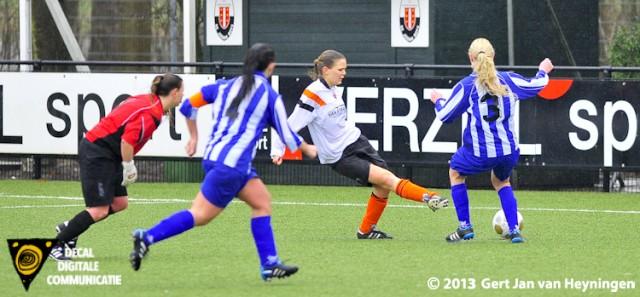 Marijke van den Berg van Jodan Boys met een prima mogelijkheid maar Roxanne Kamminga van SVS tikt het leer nog net voor de uithaal weg.