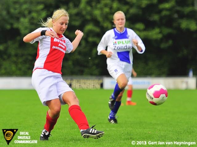 Een voorzet van Merel van den Eshof en Marcha Duijkers gaat voor de 0-2 in het duel tussen DSVP en RCL.