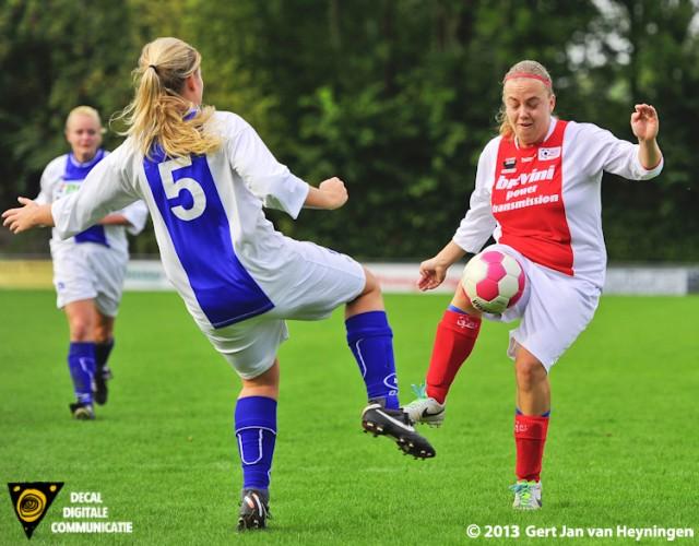 Bianca van der Meer van RCL in duel met Laura Turkenburg van DSVP.