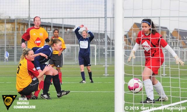 De inzet van Hanna Heinen gaat de doellijn over en Delta Sports op voorsprong tegen Berkel.