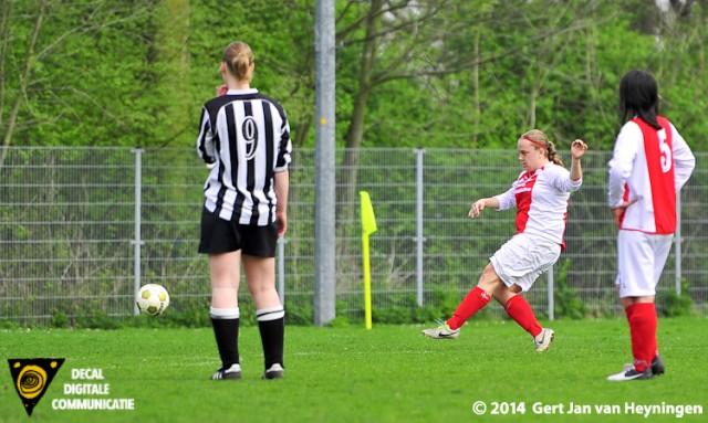 Bianca van der Meer scoort voor RCL het openingsdoelpunt.