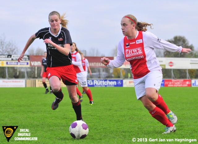 Bianca van der Meer van RCL sterk aan de bal die het duel aangaat met Sanne Brand van SteDoCo.