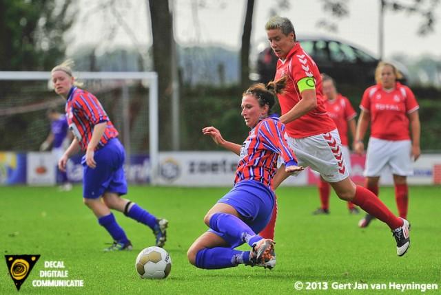 Madieke Zaad van Alkmania in duel met Sandra van Tol van Rhoon in het KNVB bekerduel tussen Rhoon en Alkmania.