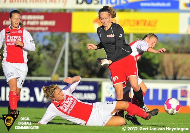 Madieke Zaad van RCL onderbreekt een aanval van Marlies Koppenol van Stedoco.