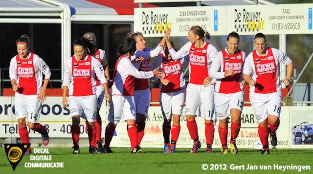Vreugde bij de meiden van RCL na het scroren van de 0-1 door Kirsten Kok op aangeven van Shirley Nederpel.