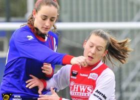 Buitenveldert - RCL. Jessica van Geemen in duel met Ramona van der Harst.