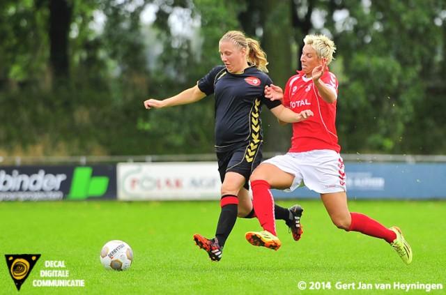 Rhoon's goaltjesdief Petra Dugardein in duel met Linda Bos van Wartburgia.