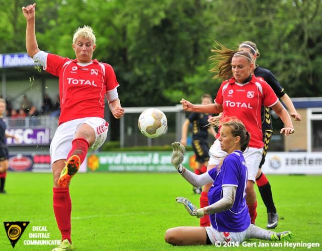 Petra Dugardein en sluitpost Lisette Snel van Rhoon voorkomen een trefzekere inzet.