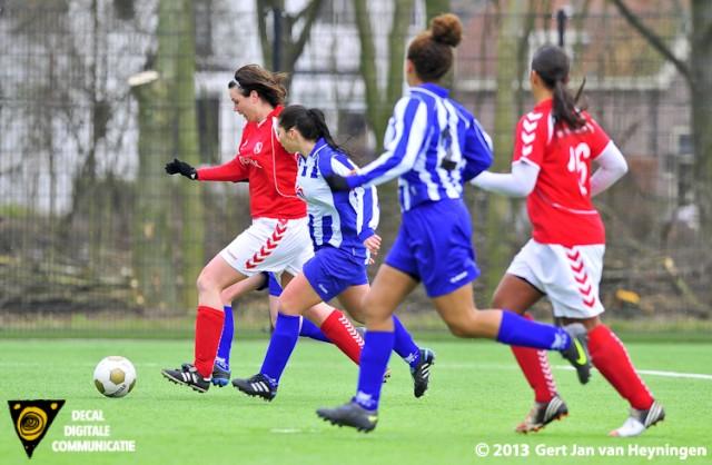 Patty Damsma van Rhoon in de tang tussen Kamminga en Karaulu van SVS maar wist op snelheid een doorbraak te forceren. Damsma gaat voor de 0-2 in de wedstrijd tussen SVS en Rhoon.