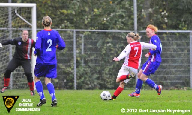 RCL spits Kirsten Kok krijgt de bal in de voeten van Lenie Mendes Fernandes en drukt met links af. Scoort de aansluitingstreffer (2-3) tegen het Amsterdamse Buitenveldert. Dit zou tevens de einstand blijven van dit Topklasse vrouwen duel.