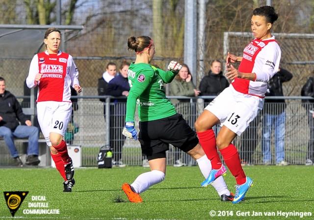 Doelvrouwe Sari van Veenendaal van FC Twente is Stephanie Valk van RCL te vlug af.