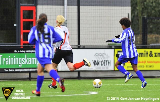 Elsa Pinto van SVS op weg naar de 3-0 in het duel tegen Jodan Boys.