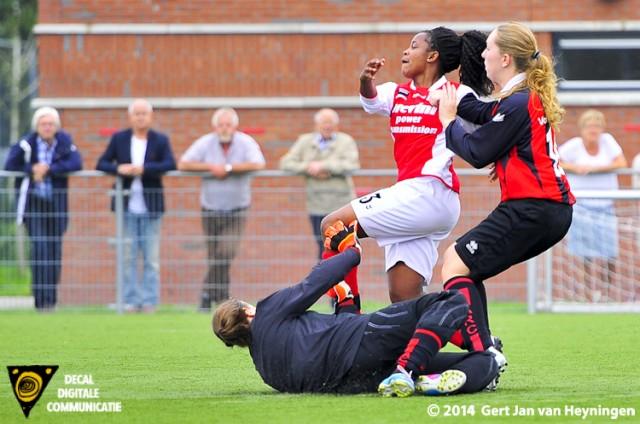 Solange de Smit van RCL scoort de 0-1 tegen thuisploeg ARC op Sportpark Zegersloot.