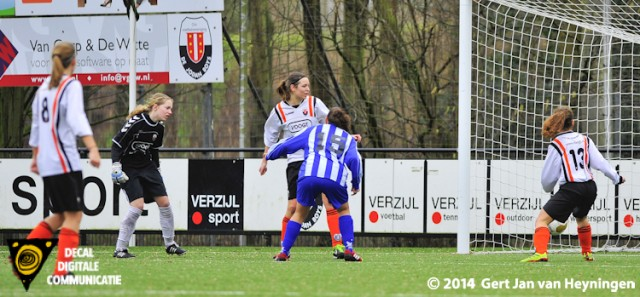 Priscilla Been van SVS scoort op aangeven van Felicia Farhad Sedighi de 0-5.