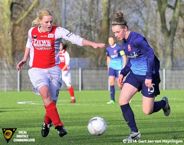 Chelsea Disseldorp van RCL in duel met Vera Berends van FC Twente.