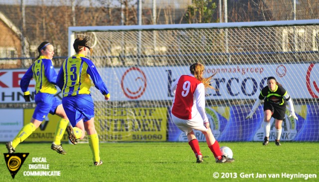 Femke Koel van RCL krijgt de mogelijkheid om te scoren maar doelvrouwe Jennifer Gittling van Berkel grijpt uitstekend in.