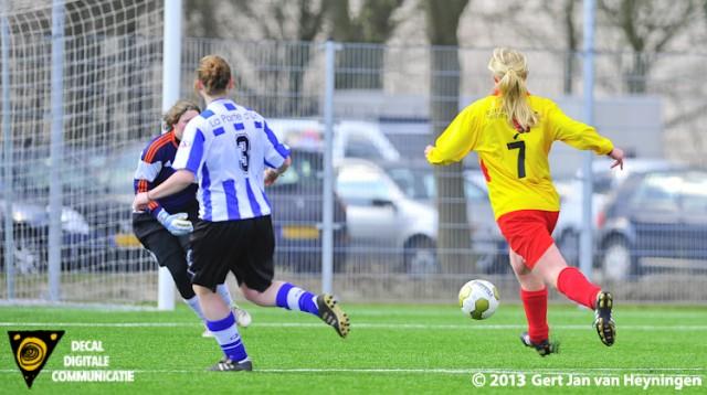 Josta van Diemen van Zevenhoven met de mogelijkheid de openingstreffer te scoren maar Liza Catseman van IJzendijke grijpt goed in.