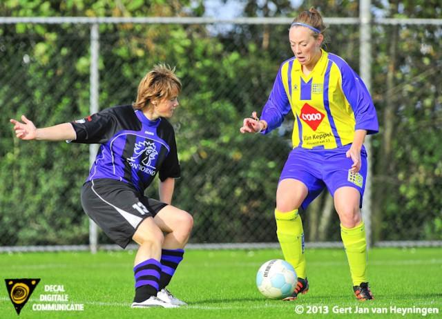 Anne Hage van Smerdiek gaat uithalen en de 1-0 scoren voor de ploeg uit Sint Maartensdijk.