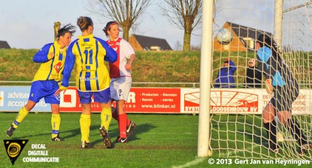 Het derde doelpunt van Berkel in de maak tegen RCL. Een voorzet van Tara de Boe en weer die Nadine Bier van Berkel die perfect de bal met het hoofd inkopt. 3-0 wat tevens de eindstand was.
