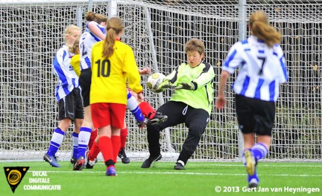 Een scrimmage voor het doel van Linda Schiebroek van Zevenhoven die niet kon voorkomen dat Karen Buijsse van IJzendijke vlak voor de pauze het openingsdoelpunt scoorde.