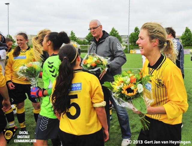 Bloemen voor Reiger Boys met rechts Christa Schelvis die haar laatste wedstrijd speelde.