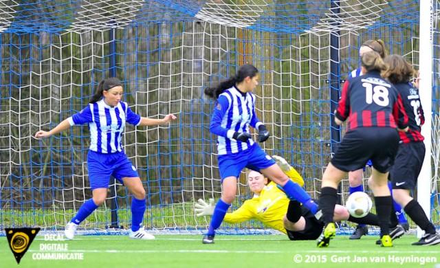 VVIJ komt op 0-1 door een doelpunt van Sylvia van den Berg.